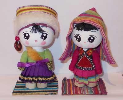 Представленные куклы в костюмах этнических народов провинции Юньнань.